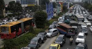 Puluhan kendaraan terjebak macet saat aksi buruh memperingati Hari Pekerjaan Layak Sedunia di sepanjang Jalan M.H. Thamrin, Jakarta, Kamis (10/10).