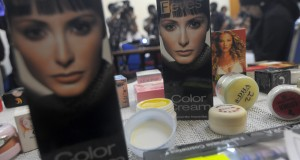Puluhan kosmetik berbahaya ditampilkan saat pemaparan penemuan kosmetika mengandung bahan berbahaya di Kantor BPOM, Jakarta, Senin (21/10)