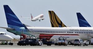 Sebuah pesawat komersial mengudara di Bandara Ngurah Rai, Denpasar, Bali, Jumat (4/10).