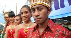 Beberapa pemuda mengenakan pakaian berbahan batik khas Papua di Sentani, Jayapura, Papua, Sabtu (12/10)