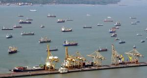 Foto dari udara, ratusan kapal lego jangkar di perairan Surabaya tak jauh dari Terminal Peti Kemas Pelabuhan Tanjung Perak Surabaya, Rabu (25/9)