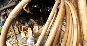 Pekerja menyelesaikan pembuatan kerajinan rotan di Tangerang, Banten