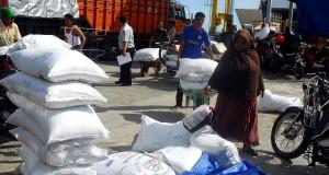 Buruh menurunkan sejumlah zak gula impor asal Thailand dari kapal roro BRR NAD-NIas di pelabuhan Ulee Lheue, Banda Aceh, Jumat (4/10).