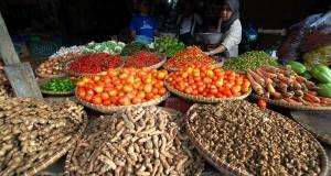 Pedagang menata berbagai macam sayuran di lapaknya di Pasar Tradisional Cikurubuk, Tasikmalaya, Jabar, Jumat (13/9)