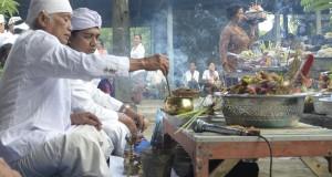 Dua pemuka agama Hindu memimpin persembahyangan Hari Raya Galungan di Pura Dadia Shri Karang Buncing, Desa Bulian, Buleleng, Bali, Rabu (23/10).