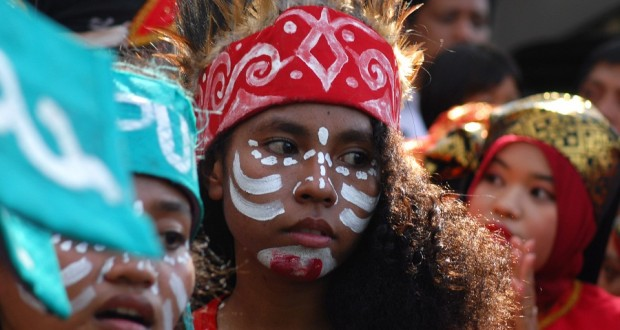 Remaja asal Papua menggunakan pakaian tradisional Papua pada peringatan Hari Perdamaian Internasional di Banda Aceh, Minggu (22/9)