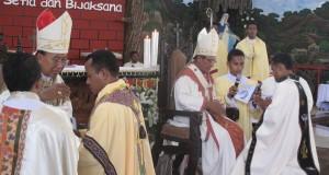 Uskup Agung Kupang Mgr. Petrus Turang (kanan) dan Uskup Agung Palembang Mgr. Aloysius Sudarso (kiri) memberikan berkat kepada para imam baru setelah ditahbiskan menjadi imam Katolik dalam sebuah misa konselebran di Gereja St Yoseph Pekerja Penfui Kupang, N