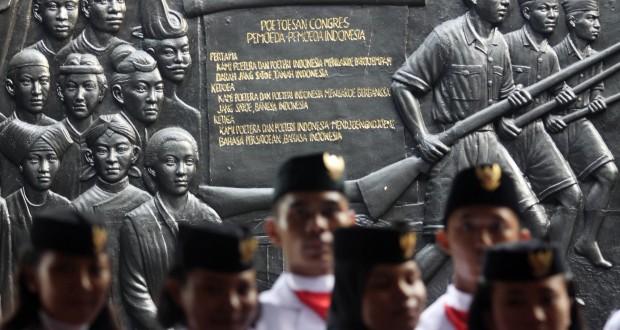 Kelompok Paskibraka gabungan dari sejumlah SMU menggelar latihan paduan suara sebagai persiapan menyambut Hari Sumpah Pemuda di Museum Sumpah Pemuda, Jakarta