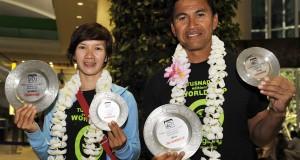 Atlet Paralayang Indonesia, Lis Andriana (kiri) bersama Letkol (Kes) dr. Elisa Manueke (kanan) memperlihatkan tropi yang berhasil diraihnya di Malaysia setibanya di Bandara Ngurah Rai, Denpasar, Senin (21/10).