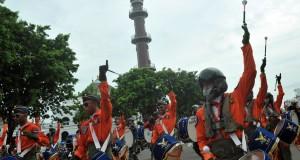 Sejumlah taruna Akademi Angkatan Udara (AAU) yang tergabung dalam gita dirgantara melakukan giat kirap dan display drumband melalui di Pelataran benteng kuto besak  Palembang, minggu (13/10).