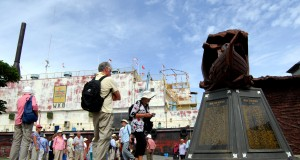 Sejumlah turis mancanegara yang menumpang kapal pesiar Noble Caledonia mengunjungi objek wisata Kapal Tsunami PLTD Apung di Banda Aceh, Minggu (13/10).