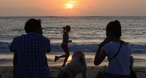 Wisatawan menikmati matahari terbenam di pantai Kedonganan, jimbaran, Bali,