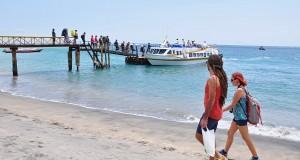 Sejumlah wisatawan lokal dan mancanegara menaiki kapal cepat menuju Gili Trawangan di pelabuhan Senggigi, Kecamatan Batulayar, Gerung, Lombok Barat