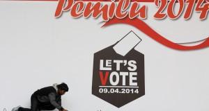 Seorang teknisi mempersiapkan perlengkapan tata suara yang akan digunakan saat peluncuran maskot dan jinggle Pemilu 2014 di Halaman Gedung Komisi Pemilihan Umum (KPU) Pusat, Jakarta
