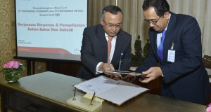 Direktur Pemasaran dan Niaga PT Pertamina (Persero) Hanung Budya (kiri) saling bertukar naskah nota kesepahaman dengan Dirut bank bjb Bien Subiantoro (kanan) usai ditandatangani di Jakarta, Rabu (23/10)