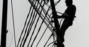 Petugas memperbaiki jaringan listrik di Tangerang, Banten