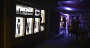 Pengunjung memperhatikan foto pada pameran Vision International Image Festival 2013 di Galeri Danes Art Veranda, Denpasar, Bali, Rabu (8/10) malam