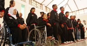 Sejumlah atlit Indonesia untuk Asian Youth Paragames XIII menyanyikan lagu Indonesia Raya, saat pelepasan kontingen di Colomadu, Karanganyar, Jateng, Rabu (23/10)