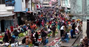 Pengunjung berbelanja sayur dan buah-buahan di Pasar Pagi Takengon, Kabupaten Aceh Tengah, Aceh, Sabtu (28/9).