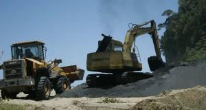 Pekerja dengan alat berat melakukan aktivitas penambangan pasir besi di Pantai Dlodok, Panggungsalak, Pucanglaban, Tulungagung, Jawa Timur,