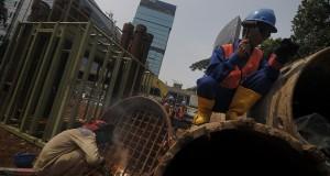 Pekerja mempersiapkan kontruksi awal pembangunan mass rapid transit  (MRT) di Dukuh Atas, Jakarta, Selasa (8/10). Peletakan batu pertama pembangunan konstruksi MRT tersebut direncanakan pada Kamis (10/10),