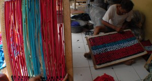 Pekerja saat menyelesaikan pembuatan keset rumahan di daerah Sepatan timur, Tangerang, Banten, Kamis