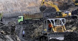 Pekerja PT Exploitasi Energi Indonesia Tbk (E2I) melakukan aktivitas penambangan di Site Bantuas milik PT Mutiara Etam Coal (MEC), Samarinda Timur, Kaltim, Jumat (13/9)