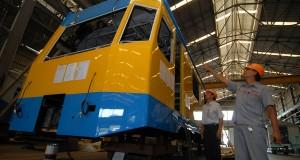 Sejumlah petugas melihat pengerjaan Kereta Rel Listrik (KRL) di PT. Industri Kereta Api (INKA) Madiun, Jawa Timur