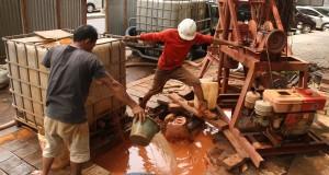Pekerja menyelesaikan pembuatan sumur resapan di kawasan Menteng, Jakarta,
