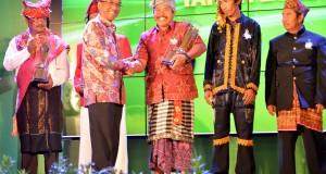 Menteri ESDM Jero Wacik (kedua kiri) menyerahkan penghargaan  energi prakarsa kepada I Wayan Nyarka (ketiga kanan) saat acara penganugrahan penghargaan energi ke-3 tahun 2013 di Jakarta,