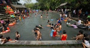 Pengujung memadati kolam pemandian air hangat Gunung Galunggung, Tasikmalaya, Jabar.