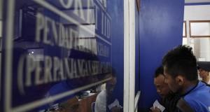 Wajib pajak kendaraan melakukan pendaftaran di loket pelayan pajak kendaraan Samsat Kota Bekasi, Jawa Barat, Senin (23/9)