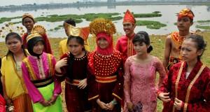 Sejumlah siswa-siswi SMP menyanyikan beberapa lagu daerah saat memperingati hari Sumpah Pemuda di tepi Waduk Pluit, Jakarta