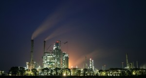 Suasana produksi minyak di RU VI Balongan Indramayu, Jawa Barat,