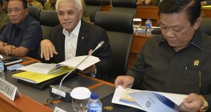 Menko Polhukam Djoko Suyanto (kiri) bersama Menko Perekonomian Hatta Rajasa (tengah) dan Menko Kesra Agung Laksono (kanan) bersiap mengikuti rapat kerja dengan Banggar DPR di Kompleks Parlemen, Senayan, Jakarta, Selasa (22/10).