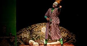 """Pemain teater yang tergabung dalam Anak Muda Bicara Teater unjuk kebolehan memainkan teater dengan judul """"Republik Petruk"""" di Gedung Societet, Taman Budaya Yogyakarta (TBY), Yogyakarta"""
