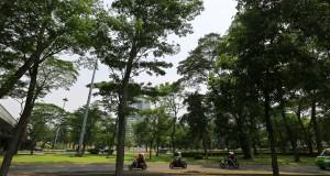 Kendaraan bermotor melintas di kawasan Taman Semanggi, Jakarta Selatan,