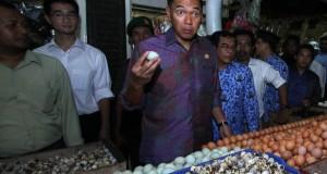 Menteri Perdagangan Gita Wirjawan (tengah) melakukan inspeksi mendadak (sidak) di pasar Ciledug, Tangerang, Banten, Kamis (17/10).