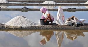 Buruh perempuan mengumpulkan garam saat panen di Desa Pijot, Kecamatan Keruak, Selong, Lombok Timur, NTB, Rabu (23/10)