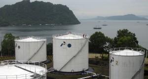 Petugas mengecek ketersediaan minyak tanah di 'storage tank' (tangki timbun) di Terminal BBM Jaya pura, Minggu (27/10).