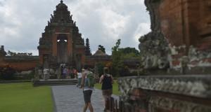 Wisatawan memasuki gerbang ketika berkunjung ke Pura Taman Ayun di Badung, Bali, Rabu (8/10)