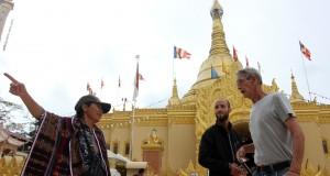 Dua wisatawan mancanegara (kanan) mengunjungi replika Pagoda Shwedagon Taman Alam Lumbini, Karo, Sumut, Minggu (13/10)