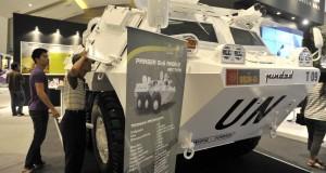 Pengunjung mengamati kendaraan militer produksi Pindad pada Trade Expo Indonesia (TEI) ke-28 di JIExpo, Jakarta, Minggu (20/10).