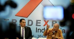 Mendag Gita Wirjawan (kiri) bersama Ketua Umum Asosiasi Pengusaha Indonesia (Apindo) Sofjan Wanandi memberikan keterangan terkait penyelenggaraan Trade Expo Indonesia (TEI) 2013 di Jakarta