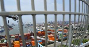 Ratusan massa buruh pelabuhan mengikuti aksi dengan menutup pintu masuk Pelabuhan Tanjung Priok, Jakarta