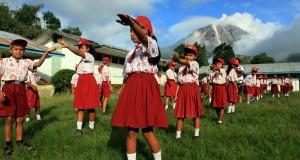Siswa SDN 046416 berlatih baris berbaris di sekolah mereka yang terletak di sekitar kaki Gunung Sinabung di Desa Berastepu, Karo, Sumut, Kamis (7/11)