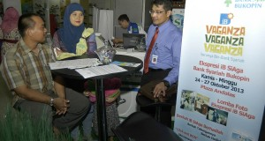 Kepala Cabang PT.Bank Syariah Bukopin Bukittinggi Imdibkri (kanan) melayani sambil memberikan keterangan kepada nasabahnya pada pameran Vaganza Islamic Banking (iB) di Padang,Sumbar, Kamis (24/10).