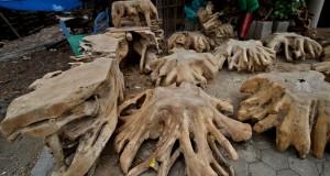 Pengrajin menyelesaikan pembuatan kerajinan dengan bahan dasar kayu jati di Jl. Imogiri Barat, Bantul, Yogyakarta
