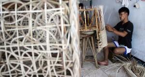 Pengrajin menyelesaikan pembuatan kursi ancaman rotan di sebuah industri rumahan mebel di Jalan Gatot Subroto, Kota Kediri, Jawa Timur, Sabtu (2/11). Perajin