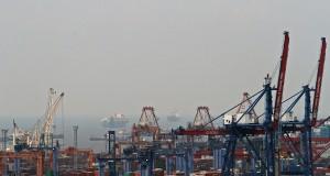 Suasana aktivitas bongkar muat peti kemas di pelabuhan Tanjung Priok, Jakarta,